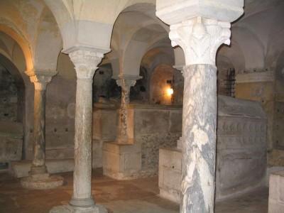 Tombeau de St Adon dans la crypte (Jouarre)