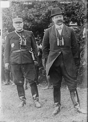 Joseph Joffre (chef d'état-major général de l'armée) ; à droite, Adolphe Messimy (ministre de la Guerre).
