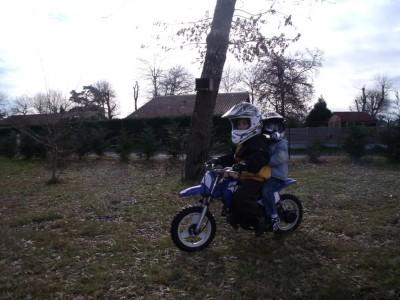 les garçons font de la moto