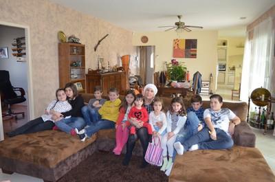 Entourée des 10 petits enfants