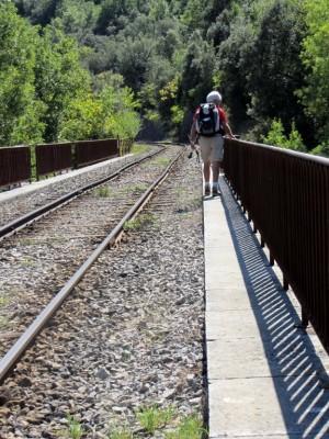 Quoi de plus logique qu'un cheminot randonneur sur une voie ferrée?