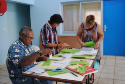 Chantal, Mélanie et Robert préparant les bons d'achats pour la rentrée scolaire 2013