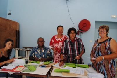 Célina vient aider l'équipe qui prépare les bons d'achats rentrée scolaire 2013