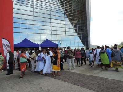 Des participants du Cinquantenaire devant le stand Dorcas