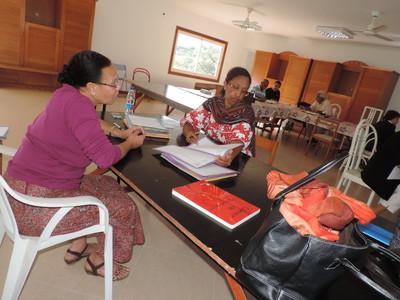 Célina et Mathurine étudiant des dossiers de bénéficiaires