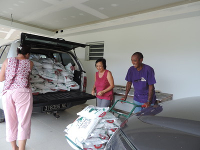 Le déchargement des centaines de paquets de riz commence