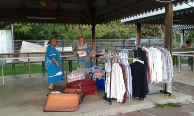 Jacqueline et Naomie en pleine action au marché communal de Koumac
