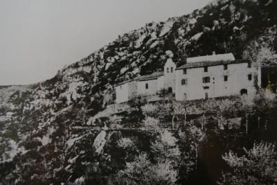 Le coll del Buc se situe à gauche de l'ermitage de N.D.du Chàteau