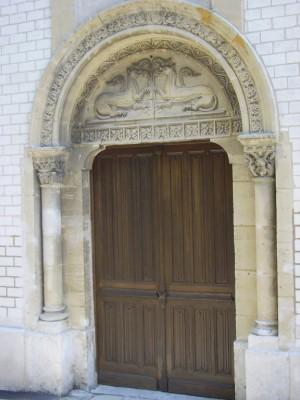 Portail de l'église de St Pierre du Vauvray