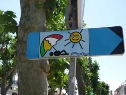 Pour voir des gens avec un parasol dans le coeur qui vont de faire emmener par la marée, c'est à droite
