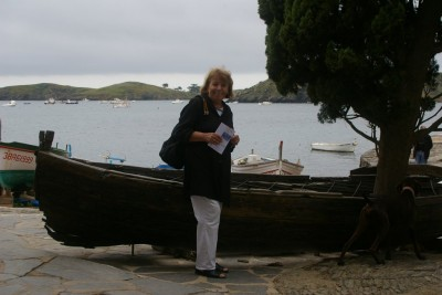 Devant la barque de Dali