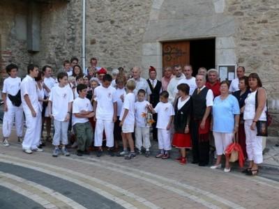 les participants devant l'eglise