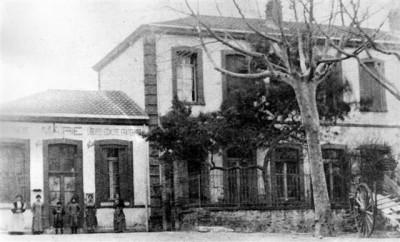 école de Sorède en 1900 avec la mairie à coté