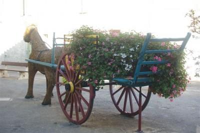 vers la rue du centre, cheval et charrette faits par les employés municipaux