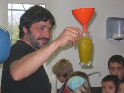 Philippe nous fait admirer la belle huile d'olive