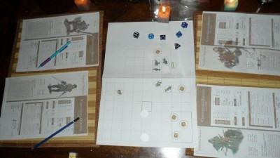Table de jeu (combat Chapitre Zéro : Après une victoire sur un groupe de gobelins en forêt, les 4 aventuriers affrontent des voleurs saltimbanques sur la place d'un village!)