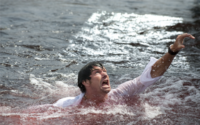 Novak (Adam Scott) ne se doute pas que les piranhas l'amèneront à réfléchir sur le sens de la peur. Piranha 3D, formidablement brutal.