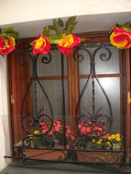 décorations aux fenêtres dans tous le village