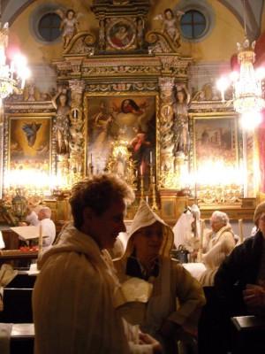 Les pénitents blancs se préparent dans leur chapelle.