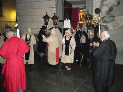 Les pénitents noirs et rouges retrouvent les pénitents blancs pour initier la procession.