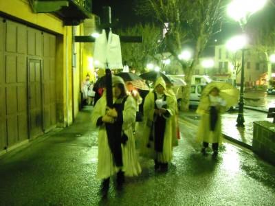 La procession repart sous la pluie vers les chapelles