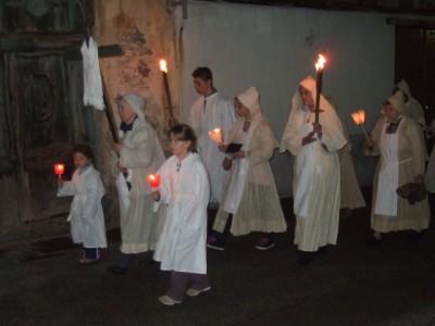 Les pénitents blancs ouvrent la marche.