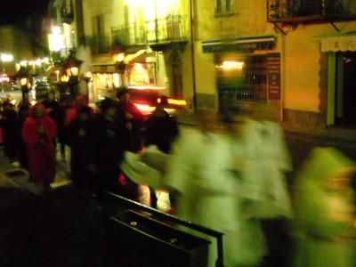 Suivent les pénitents noirs, rouges et la foule.