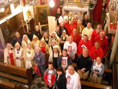 L'assemblée réunie dans la chapelle.