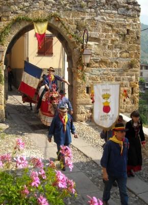la prieur de l'année 2009 passe la porte sud du village. le soir même seront dévoilés les noms des prieurs de l'année 2010.