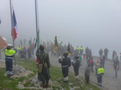 Malgré le vent, le froid et le brouillard, la foule s'est rassemblée pour ce moment solennel.
