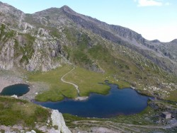 Derrière la falaise, les lacs du Sabion. Les petits points blancs à droite, ce sont des vaches.