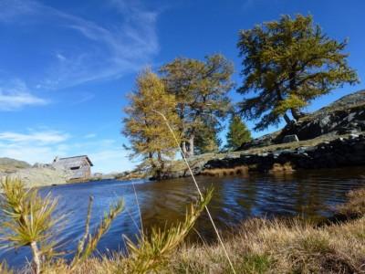 Un des lacs jumeaux et la maison des guides.