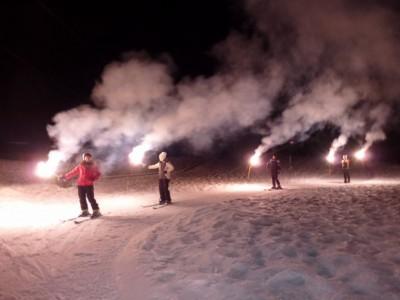 Au top, tous les skieurs allument leurs flambeaux.