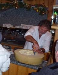 Angelo aux commandes, à l'hotel du Chamois d'Or, boissons et amuses bouches sont servis ...