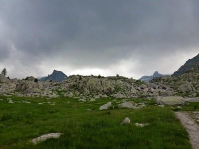 Redescendre dans la vallée, l'orage menace sur la Cime des Laces et le Mont des Merveilles.