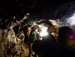 Après la porte, le tunnel semble très bas, Bruno Ancel continue la visite.