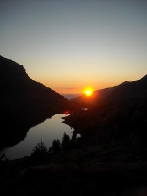 Levé du jour sur le lac Long et le refuge des Merveilles..