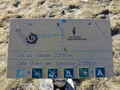 Le panneau du Col est sur la frontière franco-italienne, au dessus du lac De La Vacca.