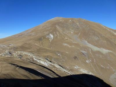 Le sentier chemine au pied du Sabione. A gauche, le sentier vers la cime de La Garde.