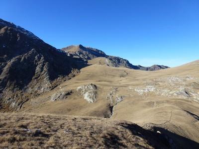 La douce courbe abritant les lacs du Sabione, à gauche les blauckaus et à la limite soleil/ombre, le col du Sabione et derrière le lac de La Vacca.