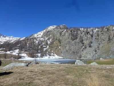 Arrivée au Lac des Grenouilles ... rester discret ! il y a toujours des marmottes et des chamois en cette saison...