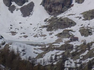 Le lac vert de Valmasque et son refuge.