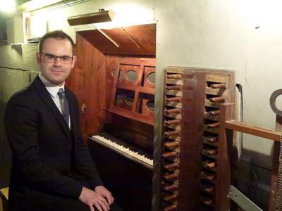 Daniele Coti devant les orgues de la collégiale ND de L'Assomption à Tende.