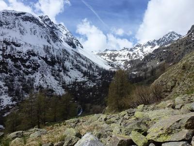 Le paysage oscille entre verdure, rocaille et neige, soleil et ombres.