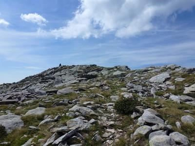 Une arrivée toute douce sur la cime et son immense cairn.