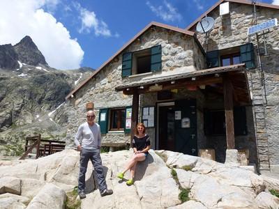 Michel et Manon devant l'entrée du refuge.