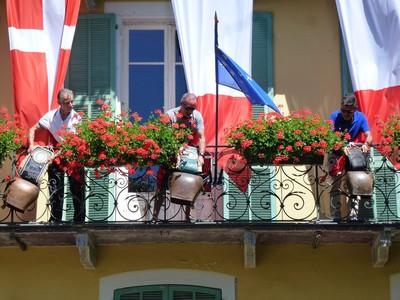 Concert ! Un tout petit apperçu des balcons de la mairie ornés de Sonailles.