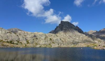La cime des Lacs dans l'ombre, la lac Fourca devant.