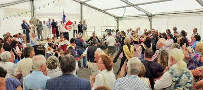 Le groupe folklorique du Vieux Tende précède les discours et l'apéritif offert à la population