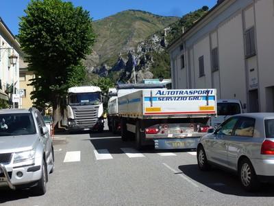 Deux camions peinant à se croiser entre Musée des Merveilles et cinéma Le Bego